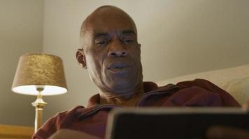 ángulo bajo, de, hombre maduro, utilizar, tableta de digital