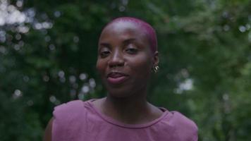 cámara lenta de mujer joven en el parque llamando video