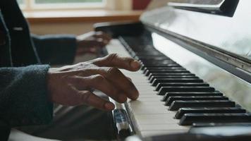 Cerca del hombre maduro tocando el piano