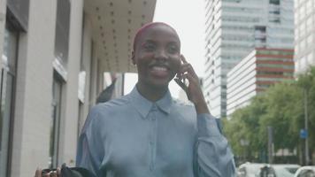 cámara lenta de mujer joven en smartphone