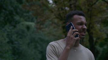 Zeitlupe des jungen Mannes auf dem Handy video