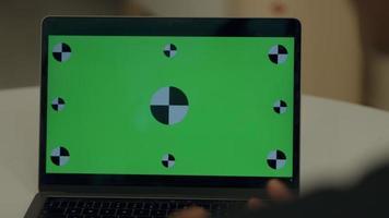monitor de computadora con pantalla verde e iconos