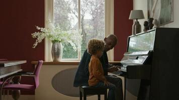 hombre maduro, enseñanza, nieto, piano