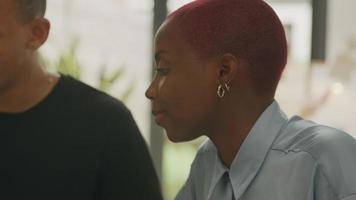 joven y mujer colaborando en la oficina video