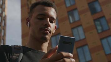 Zeitlupe des jungen Mannes SMS auf Smartphone video