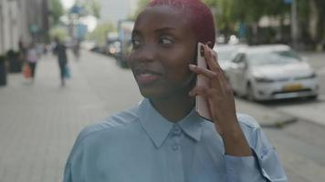 slow motion van jonge vrouw op smartphone