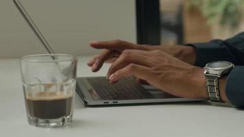 giovane che lavora al computer portatile video