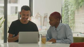 jovem e mulher usando laptop no escritório video