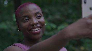 junge Frau, die selfie auf Smartphone nimmt video