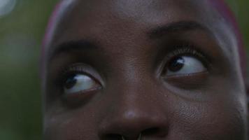 Nahaufnahme des Gesichts der jungen Frau video