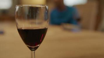 Copa de vino tinto en foco en primer plano