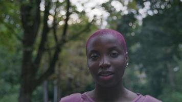 Zeitlupe der jungen Frau, die im Park geht video