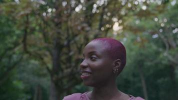 cámara lenta de mujer joven caminando en el parque video