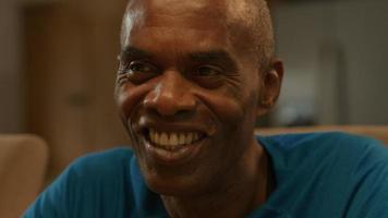 homem maduro sorrindo e conversando em casa video
