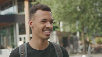 jonge man met gesprek
