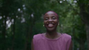 Zeitlupe der jungen Frau im Park lächelnd und lachend video