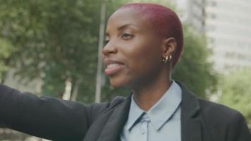 jovem empresária chamando um táxi na rua video