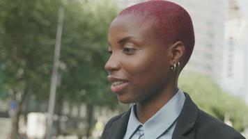 jovem empresária entrando no táxi video