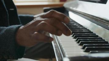 inclinación hacia arriba del hombre maduro tocando el piano