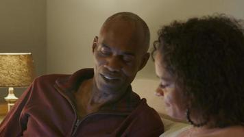 pareja madura, relajante, en, sofá, en casa video