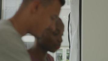 Close up di giovane donna e collega di sesso maschile che lavorano insieme video