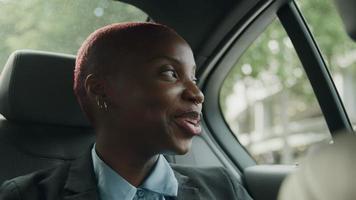 jovem empresária sentada atrás do táxi video