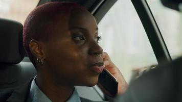jovem empresária na parte de trás do táxi em smartphone video