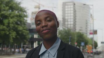 câmera lenta de jovem na cena da cidade sorrindo