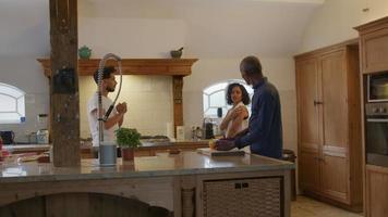 amigos preparando comida na cozinha