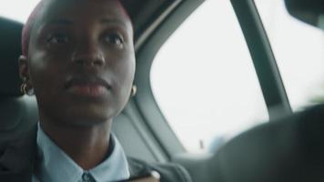 junge Geschäftsfrau hinten im Taxi hält Telefon