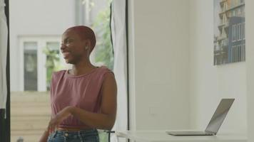 jovem usando laptop no escritório em casa video