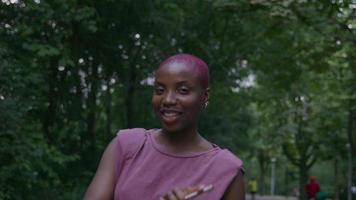 cámara lenta de mujer joven en el parque con teléfono video