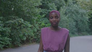 mujer joven, con, pelo rapado, en el estacionamiento video