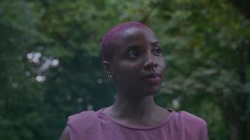 Zeitlupe der jungen Frau, die im Park mit Telefon geht video