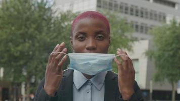 câmera lenta de jovem colocando máscara protetora video