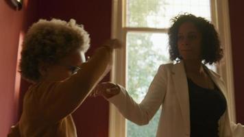 menino animado dançando com a mãe em casa