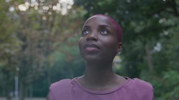 cámara lenta de mujer joven caminando en el parque