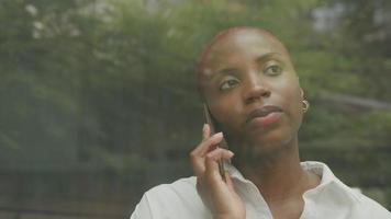 mujer joven, con, pelo rapado, hablar teléfono