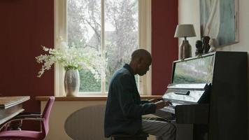 hombre maduro, tocar el piano, en casa