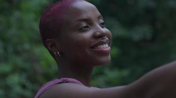 jeune femme prenant selfie sur smartphone video