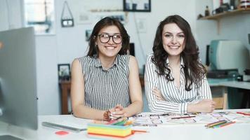 duas mulheres trabalhando juntas em um escritório de arquitetura. olhe para a camera video