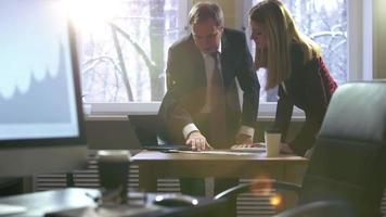 idea genial. colegas hombre y mujer discutiendo emocionalmente planes de negocios en una oficina. llamaradas ópticas de los rayos del sol. video