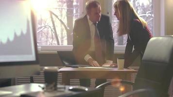 idea genial. colegas hombre y mujer discutiendo emocionalmente planes de negocios en una oficina. llamaradas ópticas de los rayos del sol. camara lenta. video