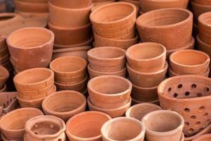 vaso para plantas em material de barro.