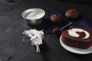 bolo de chocolate e biscoitos