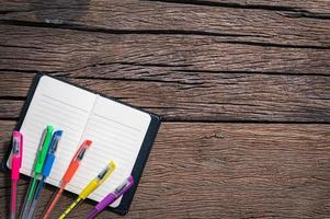 bolígrafos de colores en un bloc de notas