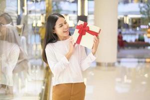 mulher segurando um presente foto
