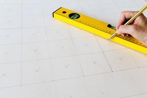close-up de uma pessoa fazendo medições foto