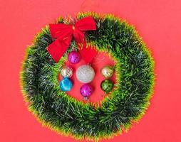corona de navidad con adornos