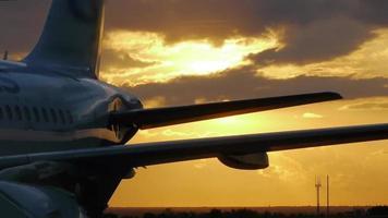 Der Passagier stieg am Flughafen in ein Flugzeug